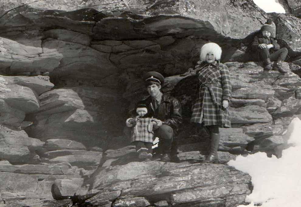 семья Савицких на прогулке в ущелье, на дальнем плане Роман, сын Михаила Глейникова (сам Миша фотографировал)
