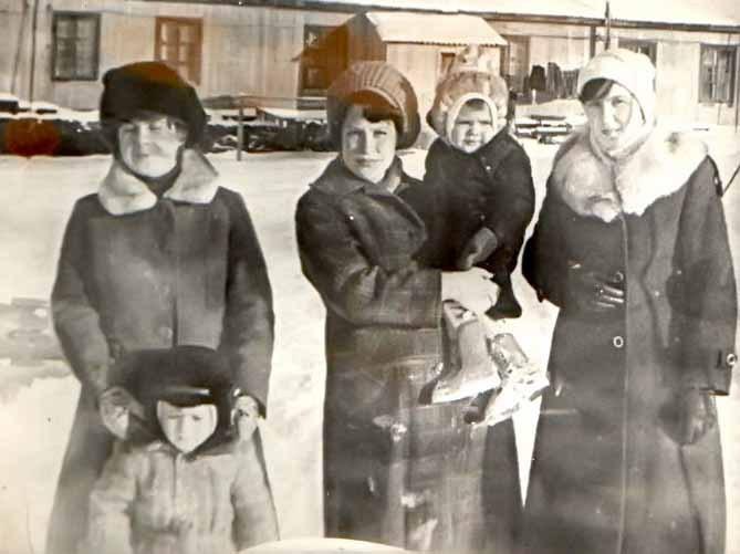 офицерские жены Савицкая Света с сыном Андреем, Сенчихина Люба, Комарова Лена
