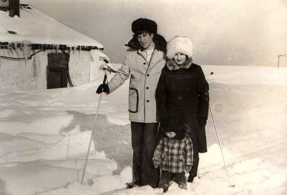 редкие минуты отдыха, семья Савицких на прогулке, март месяц - появилось солнце